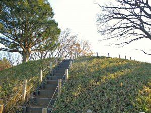 野毛大塚古墳の登り口