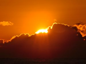 雲の上から顔を出す太陽