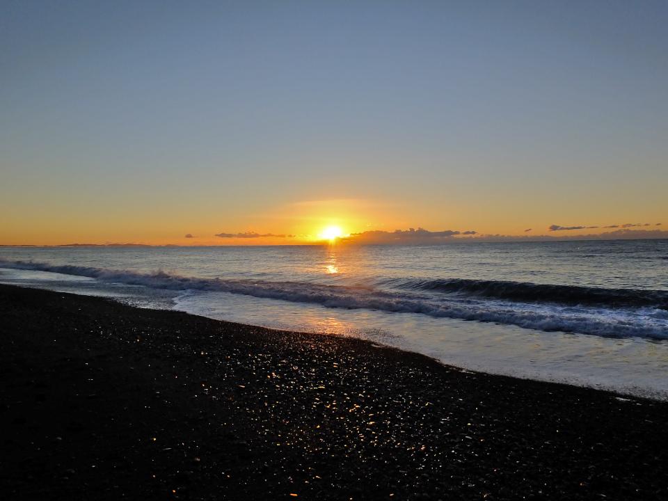 朝焼けに照らされる海岸