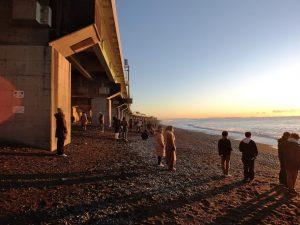 朝焼けに照らされる、西湘バイパスと海岸
