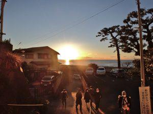 海岸沿いの道路に続く階段(夜明けに撮影)
