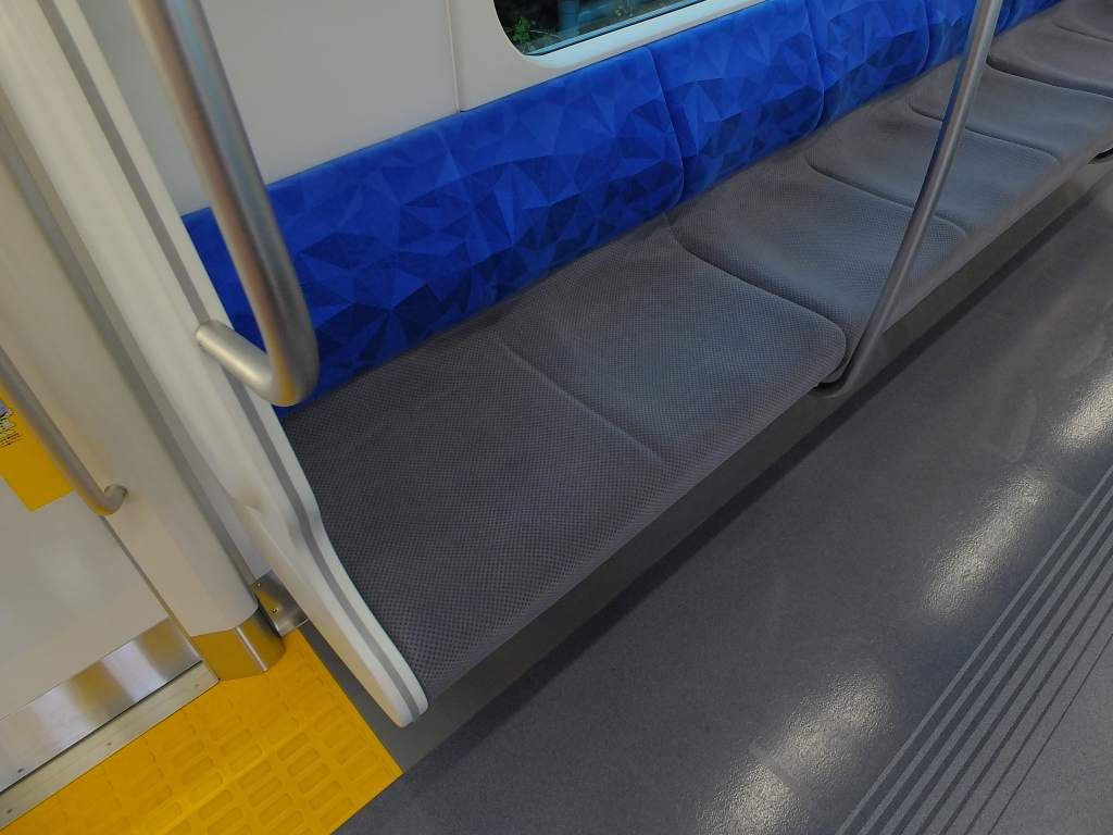 E235系1000番台 普通車ロングシート