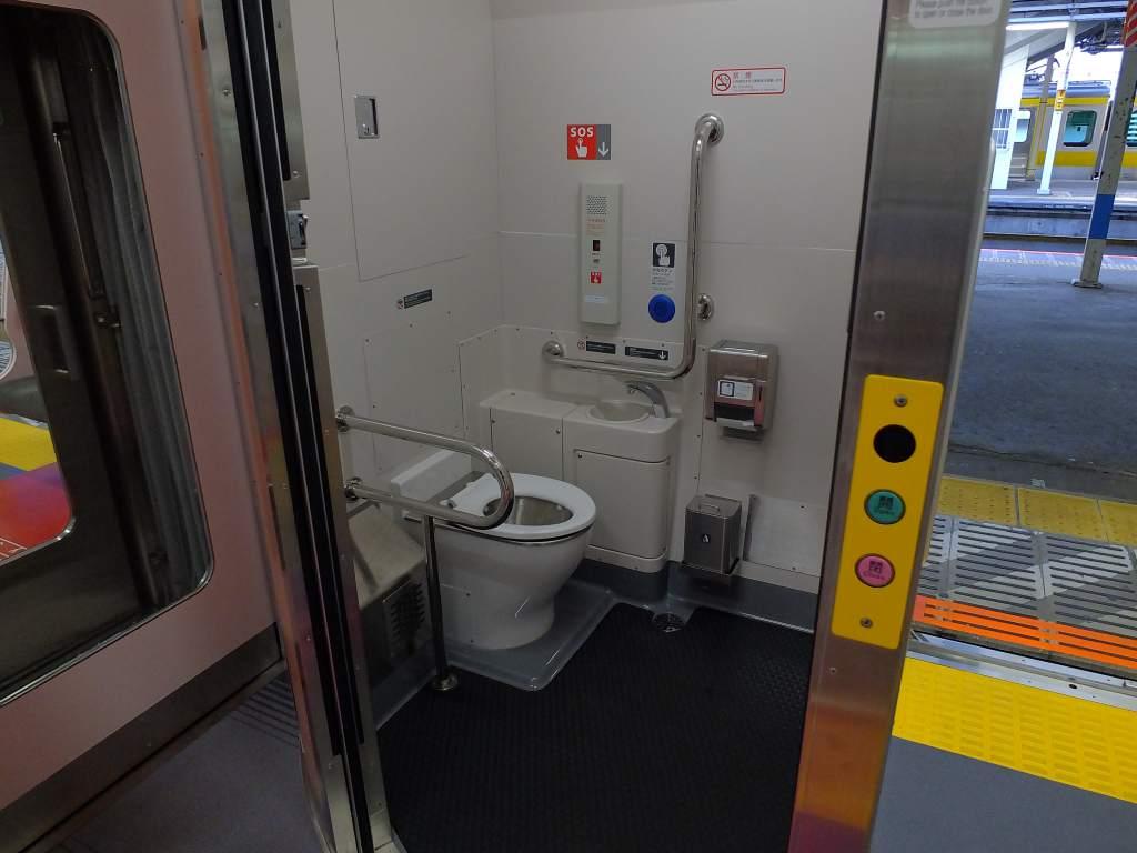 E235系1000番台 普通車トイレ(開けた状態)