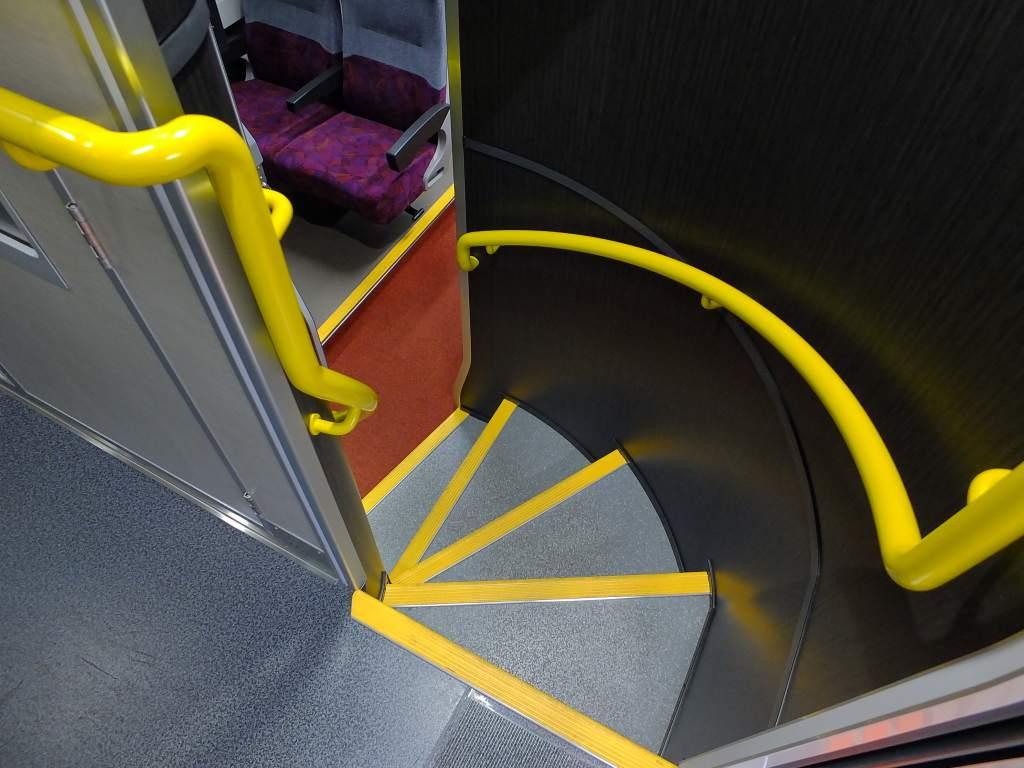 E235系1000番台 グリーン車階段