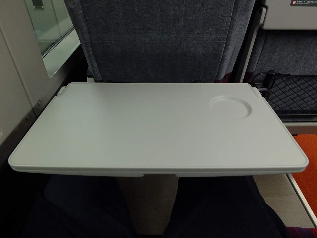E235系1000番台 グリーン車座席テーブル(広げた状態)